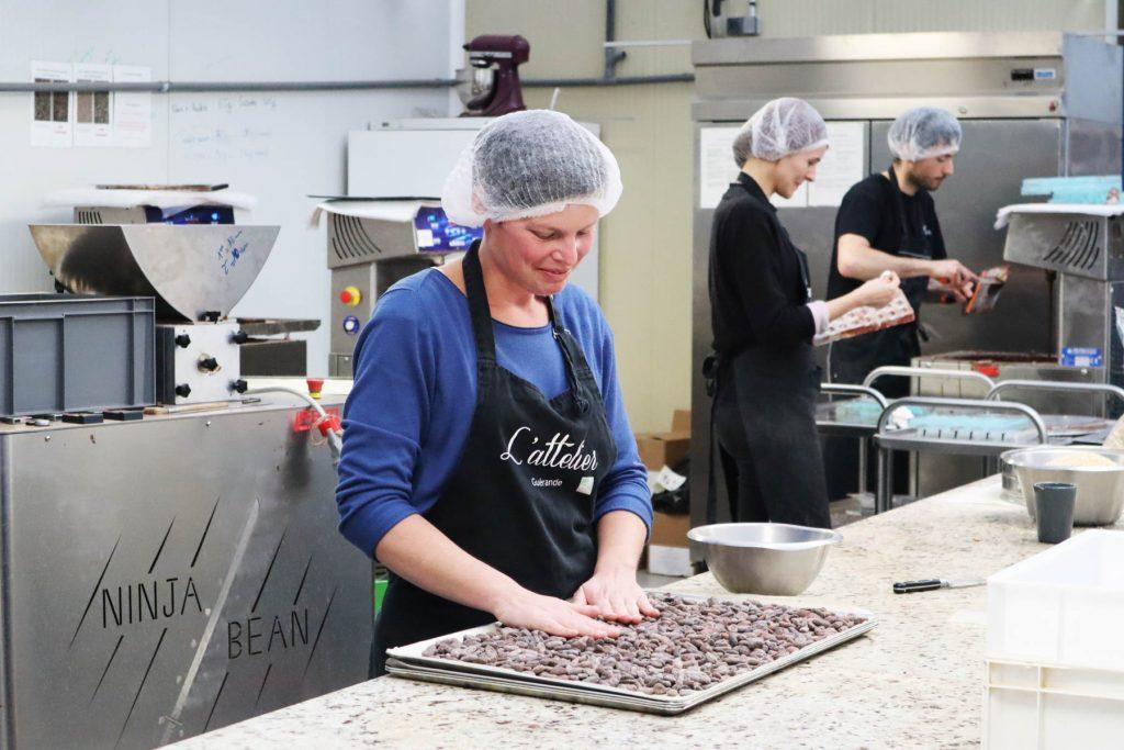 Fabrication chocolats L'attelier-Graines d'ici